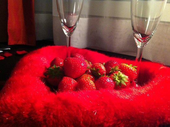 Hotel du Theatre by Fassbind : Wine with Strawberries Never Tasted this Good