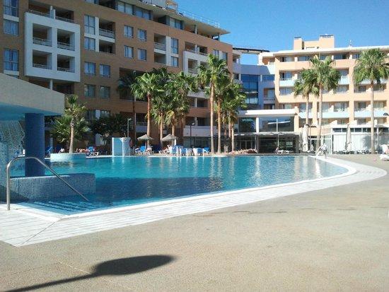 Hotel Neptuno: piscina y cafeteria al fondo