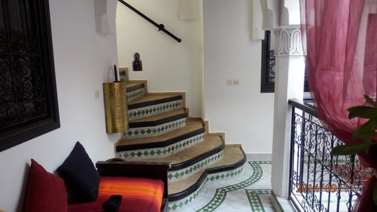 Riad Ain Marrakech: Stairs leading to the rooftop terrace