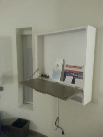 EVEN Hotel Rockville : Wall desk (regular room and suites)