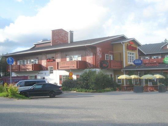 Hotel Hullu Poro: Corpo principale dell'hotel visto dalla strada
