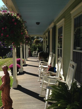 Captain Freeman Inn : Wonderful front porch.