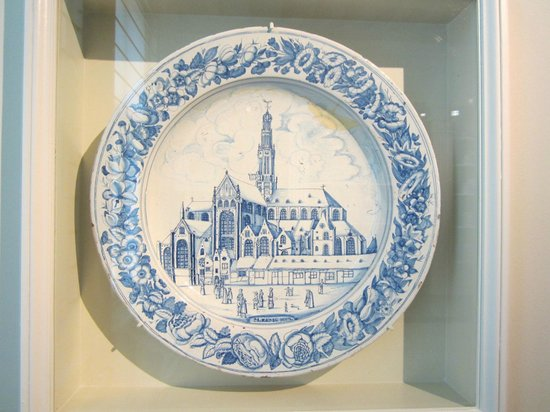 Musée Frans Hals : St Bravo's church on Delft plate