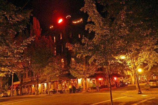 McMenamins Hotel Oregon : Hotel Oregon in the historic town center