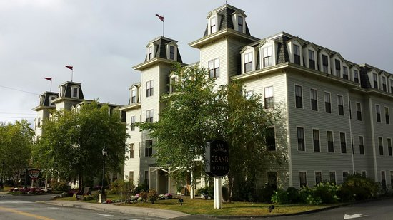 Bar Harbor Grand Hotel: Outside view