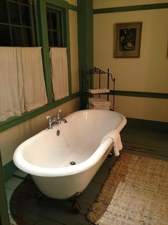 The Old Inn on the Green : Claw-foot tub