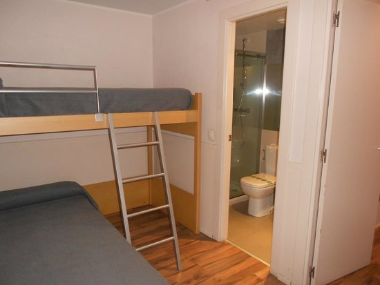 Hotel Exe Prisma: Literas y baño