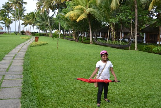 Kumarakom Lake Resort: My daughter enjoying the greens during a drizzle