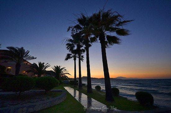 Porto Davia Hotel : zachód słońca w ogrodzie hotelowym z zatoką