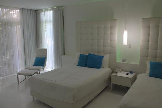 Le Cameleon Boutique Hotel : Vista do quarto, todo branco. Um luxo.
