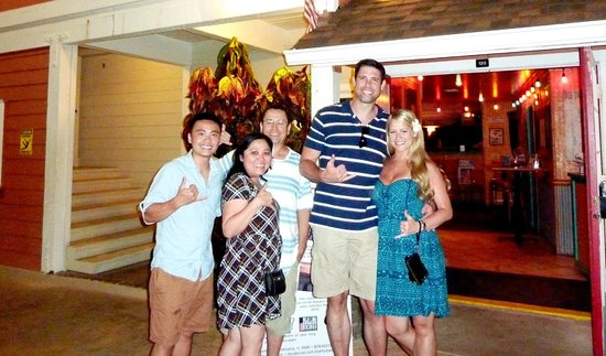 Hawaii Tasting Tours: Our group, awesome evening experiencing Lahaina :)