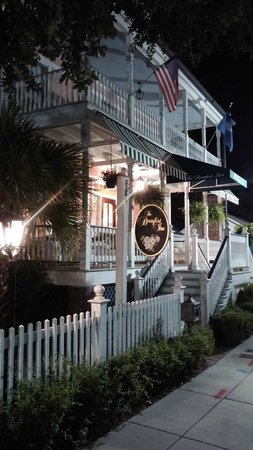 The Beaufort Inn: Nightime at the entrance.