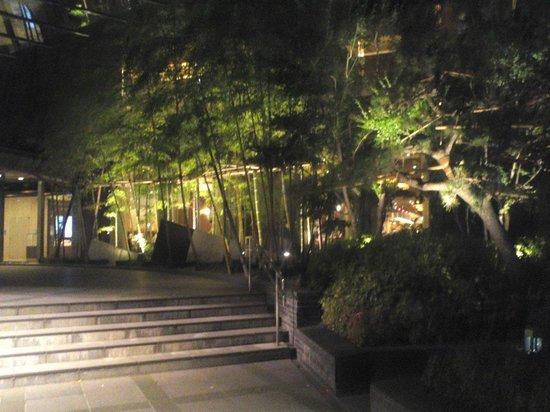 Hotel Metropolitan Tokyo Ikebukuro: 竹が生い茂る前庭