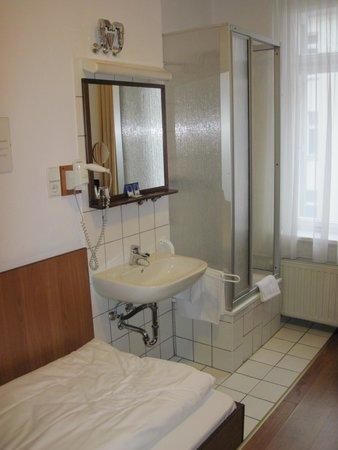 Juncker's Hotel Garni: Room #37 - Shower in corner.