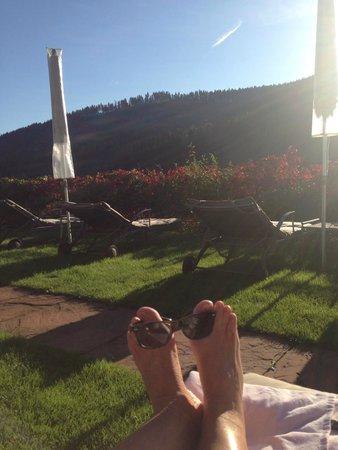 Hotel Traube Tonbach: grand soleil  au bord de la piscine fin septembre