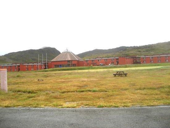 Nordkapp Camping : Il camping e sullo sfondo un  fabbricato in disuso