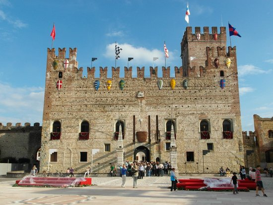 ‪Castello Inferiore‬