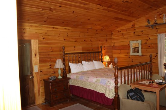 Cripple Creek Bed and Breakfast Cabins: King size bed