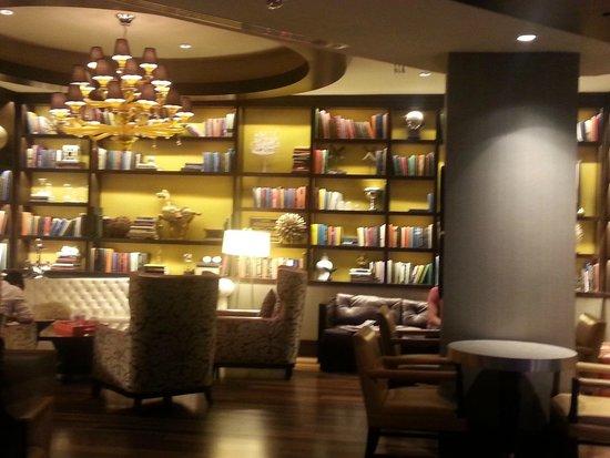 Renaissance Washington, DC Downtown Hotel: Library in lobby