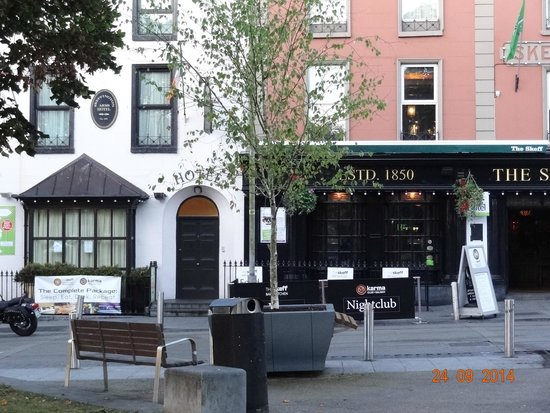 Skeffington Arms Hotel : facade de l'hôtel et de son Pub