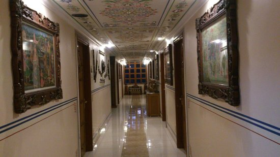 Sunder Palace Guest House: passage