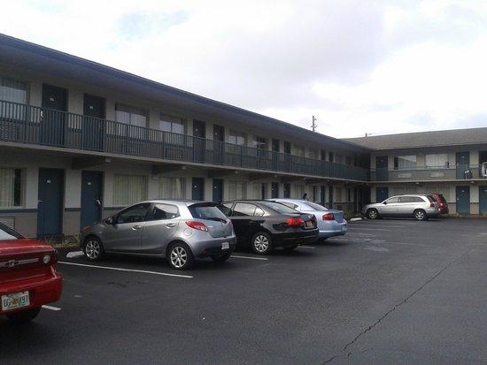 Super 8 Kissimmee: Estacionamento ótimo e dá pra ver seu carro estacionado do quarto!