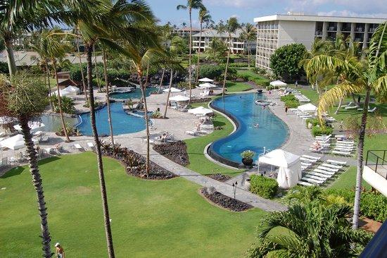 Hawaii Calls Restaurant & Lounge: looking over the adjacent pools