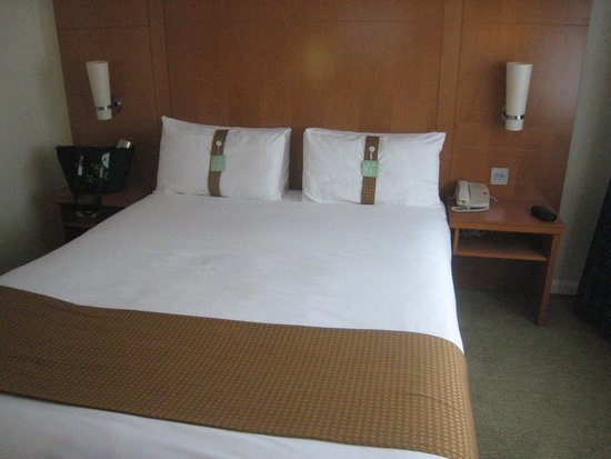 Holiday Inn London - Regent's Park: Comfy bed with pillow labels!