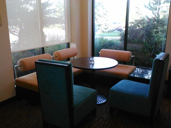 Hilton Garden Inn Denver / Highlands Ranch: Small dining or meeting seating