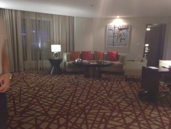 Crowne Plaza Dubai-Deira: Executive room lounge area