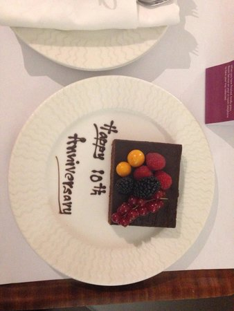 Crowne Plaza Dubai-Deira: Cake which was in our room on arrival very nice surprise