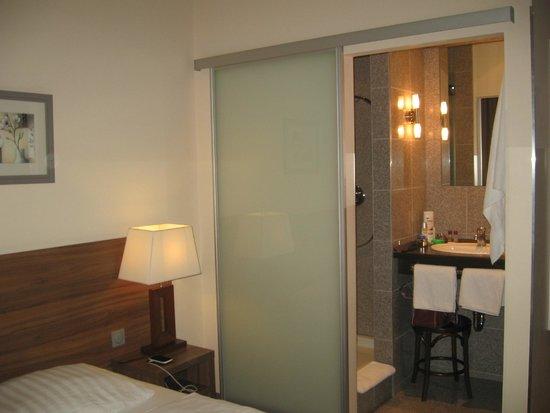 Ivbergs Hotel Berlin Messe: Vista del cuarto de baño desde la habitación