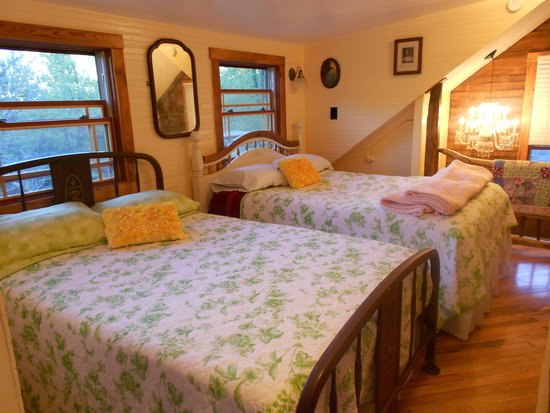 Three Bear Holler Cabin Rentals: Beautiful bedroom