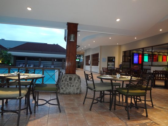 Crowne Plaza Hotel Corobici: Pool side restaurant