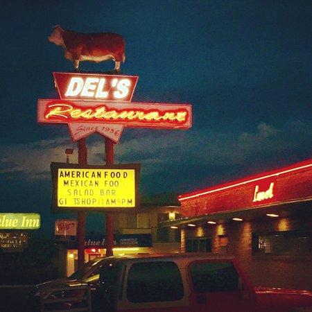 Del's Restaurant night