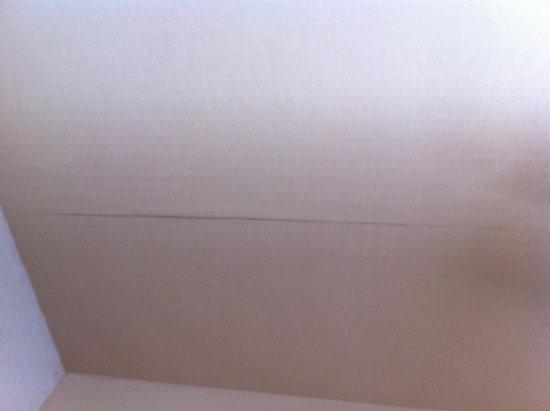 Holiday Inn Express & Suites: Peeling wallpaper