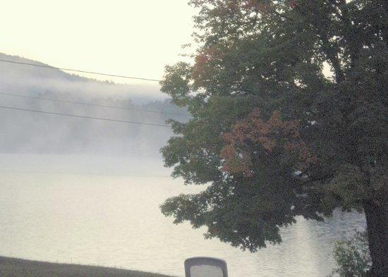 Island View Motel: Morning mist on Lake Luzerne