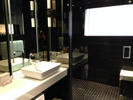 Andaz Wall Street: Spacious Bath/Shower