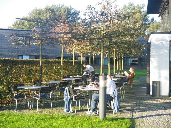 Nolde Stiftung Seebüll: Außenbereich der Genusswirtschaft im Spätsommer