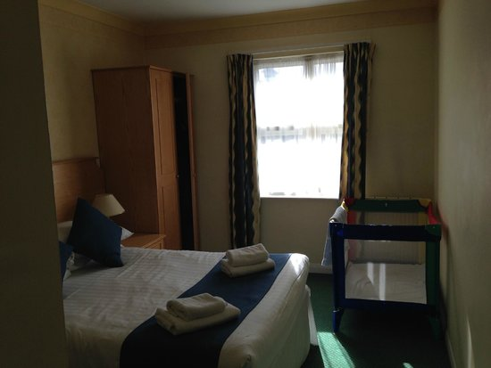 TLH Carlton Hotel : Bedroom - we have a double bed, plus a single and room for a cot too