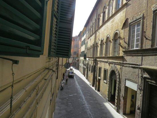 Bed and Breakfast Pantaneto Palazzo Bulgarini: A View of the Street from Our Room