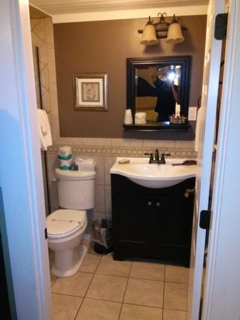 Captain's Quarters: Bathroom