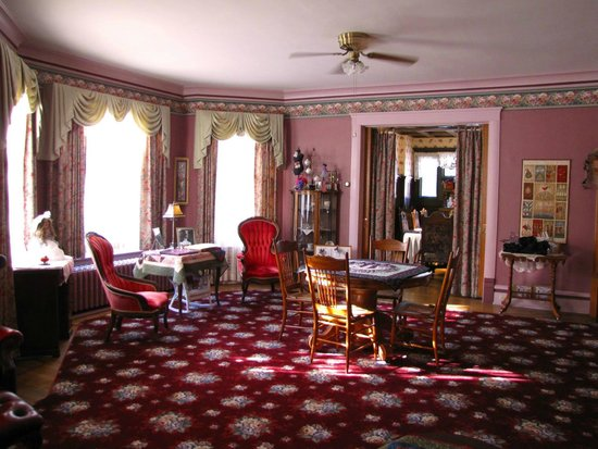 Victorian Guest House: Family parlor in late afternoon, wonderful for tea and a book
