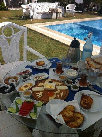 Balambaka Hotel: Superbe petit-déjeûner au bord de la piscine