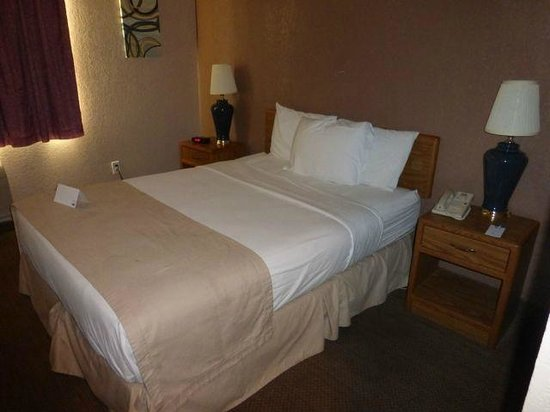 Rodeway Inn: Nice pillows and bed covering on #142