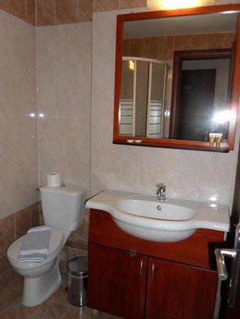 Faros 1 Hotel: salle d'eau