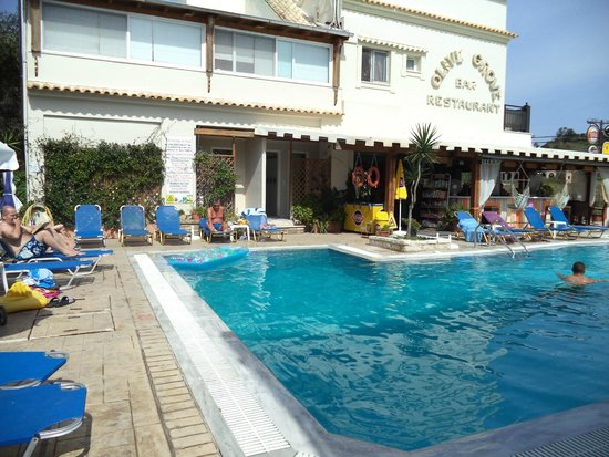 The Olive Grove Apartments: pool bar