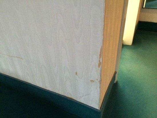 SORAT Hotel Ambassador Berlin: Damaged walls in the room