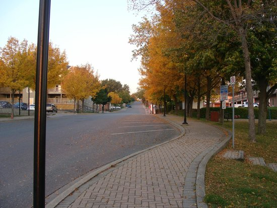 Leisure Inn Hotel : Sunday morning sidewalk to motel from lake.