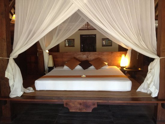 Desa Dunia Beda Beach Resort : Bed in the joglo villa